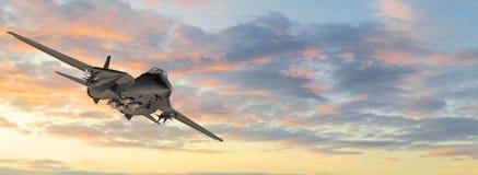 Avion de chasse militaire armé en vol Photo stock