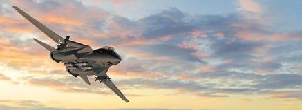Avion de chasse militaire armé en vol Photographie stock libre de droits