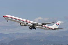 Avion de China Eastern Airlines Airbus A340 décollant de l'aéroport international de Los Angeles Photos stock