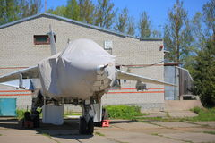 Avion de combat couvert sur la terre Images stock