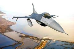 Avion de combat de combat du faucon F-16 en vol photographie stock