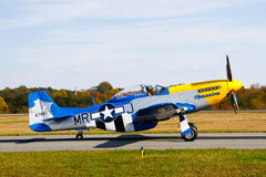 Avion de combat de mustang de P-51D sur la piste Photo stock
