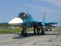 Avion de combat militaire russe puissant de jet sur la piste du moteur de turbine du jet SU-34 deux image stock