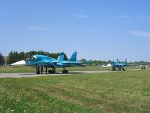 Avion de combat militaire russe puissant de jet sur la piste du SU-34 photos stock