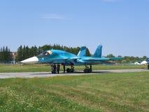 Avion de combat militaire russe puissant de jet sur la piste du SU-34 image libre de droits