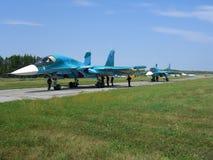 Avion de combat militaire russe puissant de jet sur la piste du SU-34 image stock