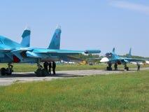 Avion de combat militaire russe puissant de jet sur la piste du SU-34 photos libres de droits