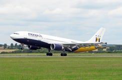 Avion de compagnies aériennes de monarque Image stock
