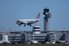 Avion de Croatia Airlines dans l'atterrissage sur la piste image libre de droits