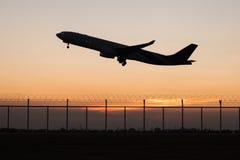 Avion de décollage de silhouette de plan rapproché tandis qu'aube Image libre de droits
