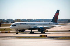 Avion de Delta Airlines dans l'aéroport d'Atlanta Image stock