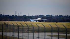 Avion de Delta Airlines sur l'atterrissage de piste image libre de droits