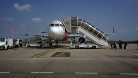 avion de embarquement de coût bas des personnes 4K sur la plate-forme extérieure à un jour ensoleillé banque de vidéos