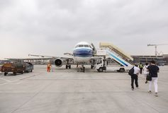 Avion de embarquement de personnes à l'aéroport international de Shanghai Pudong Photo libre de droits