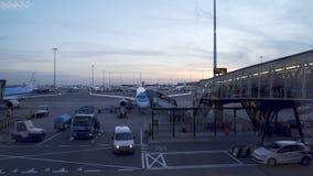 Avion de embarquement de personnes, vue de porte et avions par la fenêtre terminale banque de vidéos