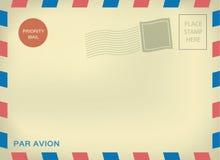 Avion de expédition de pair d'enveloper sur le papier âgé Photos stock