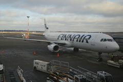 Avion de Finnair sur le macadam à l'aéroport de Helsinki-Vantaa en Finlande Photo stock