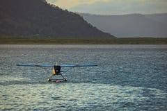 Avion de flotteur amarré en récif de barrière grand de cairns Image stock