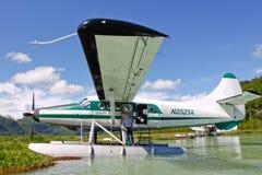 Avion de flotteur de l'Alaska dans la région sauvage Photographie stock
