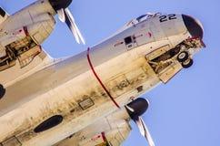 Avion de guerre en vol dans le ciel Photographie stock