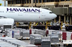 Avion de Hawaiian Airlines à l'aéroport image stock