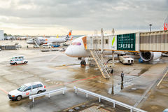 Avion de JAL de Japan Airlines à l'aéroport international de Tokyo Narita EN TEMPS QUASI RÉEL Photographie stock