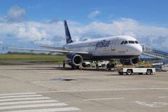 Avion de JetBlue Embraer 190 sur le macadam chez Maurice Bishop International Airport au Grenada Photos stock