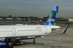 Avion de JetBlue sur le macadam chez John F Kennedy International Airport à New York Images stock
