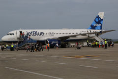 Avion de JetBlue sur le macadam chez Maurice Bishop International Airport au Grenada Image stock