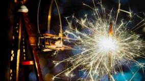 Avion de jouet avec le cierge magique de partie de nouvelle année et les lumières de Noël circulaires abstraites de fond de bokeh Photographie stock libre de droits