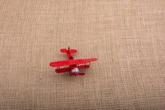 Avion de jouet sur le fond de toile de toile Photographie stock