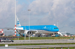 Avion de KLM à l'aéroport d'Amsterdam Schiphol Photo libre de droits