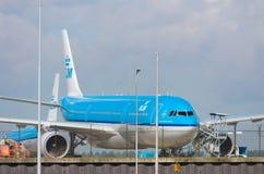 Avion de KLM à l'aéroport d'Amsterdam Schiphol Photo stock
