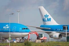 Avion de KLM à l'aéroport d'Amsterdam Schiphol Image stock