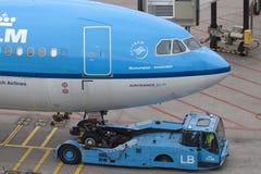 Avion de KLM accouplé sur le terminal de départ Photo stock