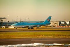 Avion de Korean Air Boeing 747 à l'aube Images libres de droits