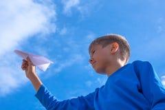 Avion de lancement de livre blanc de garçon Image libre de droits