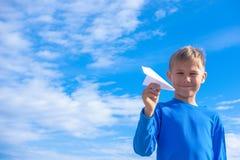 Avion de lancement de livre blanc de garçon Photos libres de droits
