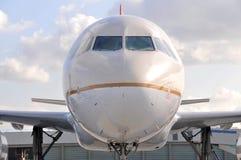 Avion de ligne à réaction de roulement sur le sol ...... Photographie stock libre de droits