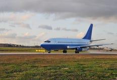 Avion de ligne à réaction de roulement sur le sol. Images stock