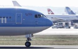 Avion de ligne accélérant pour décoller Images stock