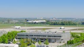 Avion de ligne Airbus A340 de l'atterrissage de ligne aérienne de Lufthansa dans l'aéroport de Munich Photographie stock