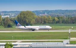 Avion de ligne Boeing-767 d'United Airlines roulant au sol dans l'aéroport de Munich Images libres de droits