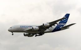 Avion de ligne civile moderne d'Airbus Industrie A380 décollant pour un vol de démo dans Zhukovsky pendant l'airshow MAKS-2013 Image stock
