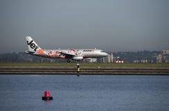 Avion de ligne de Jetstar avec la livrée promotionnelle sur l'aéroport de Sydney de macadam Photo libre de droits