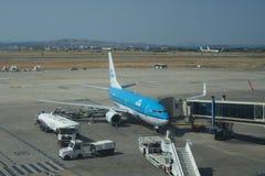 Avion de ligne de KLM à la porte Images stock