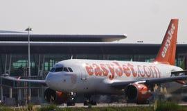 Avion de ligne de message publicitaire d'Easyjet Image stock