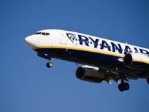 Avion de ligne de message publicitaire de Ryanair Image stock