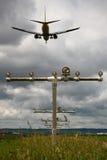 Avion de ligne de passager approchant l'aéroport pour le débarquement Photographie stock libre de droits