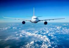 Avion de ligne de passager dans le ciel image stock
